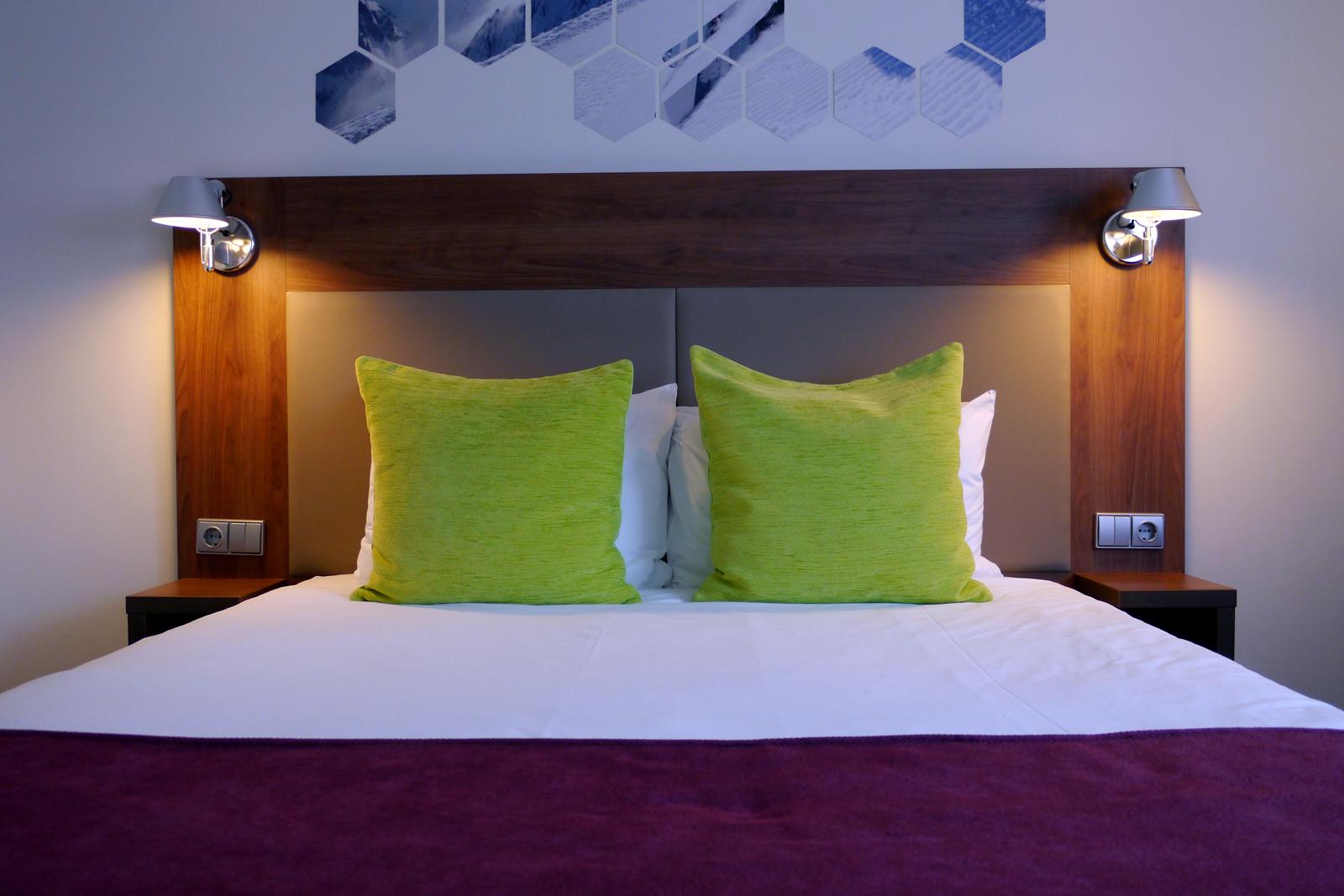 Zimmer mit Doppelbett im ibis Styles Hotel in Vilnius, Litauen.