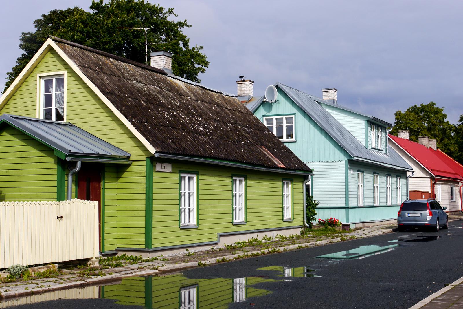 Nach Regen kommt Sonnenschein - tolle Spiegelungen in Haapsalu in Estland.