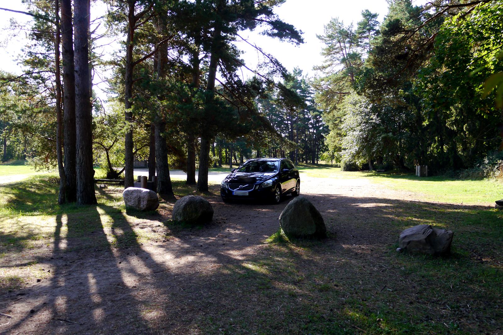 Ein Parkplatz nur für uns an der Jurkalne Steilküste in Lettland.