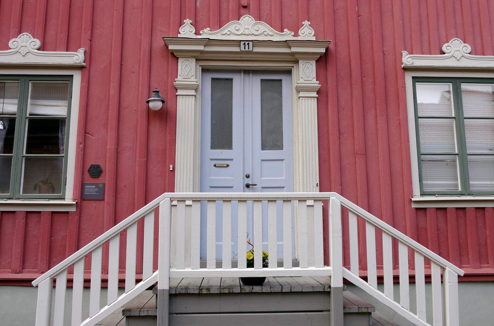Ein Holzhaus aus einer Epoche in der man auf Verzierungen gesetzt hat. Gesehen in der Altstadt von Eksjö.