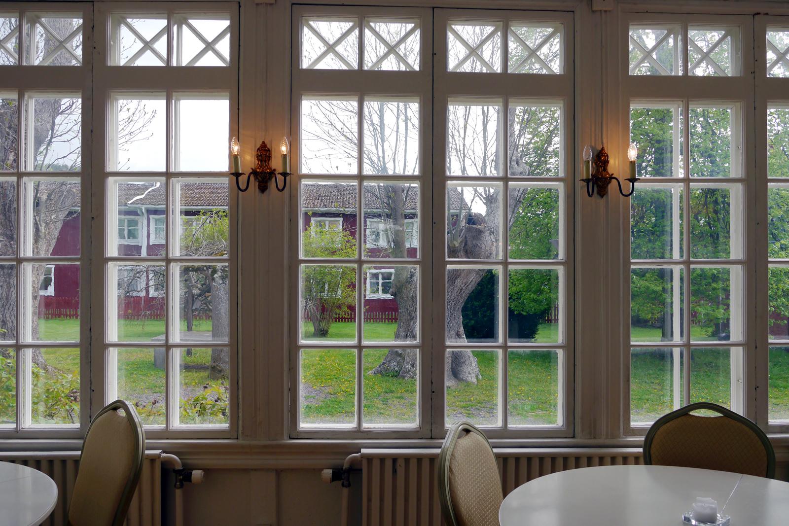Der Blick vom Speisesaal des Grenna Hotell in den Garten des Hotels.