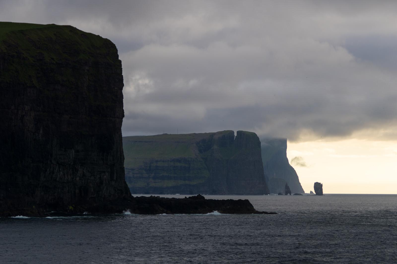 Highlight mit dem Schiff an den Färöern vorbei