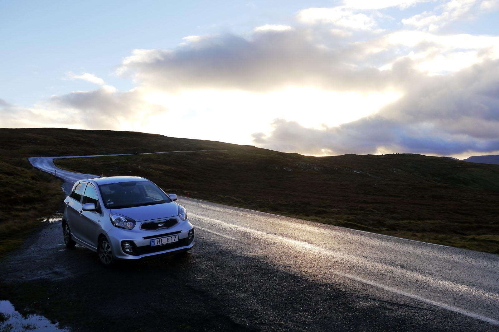 Faroer Inseln-Berge-Auto-Sonnenschein