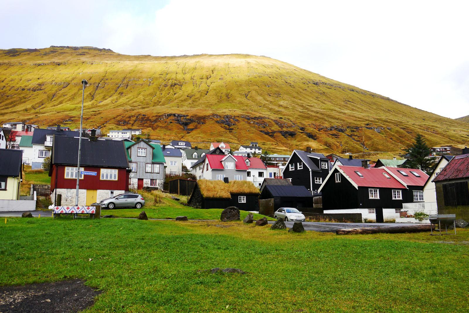 Faroer Inseln-Fuglafjordur-Berg-Stadt