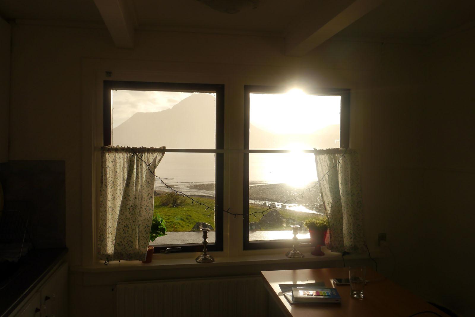Faroer Inseln-Haus-Fjord-Berg