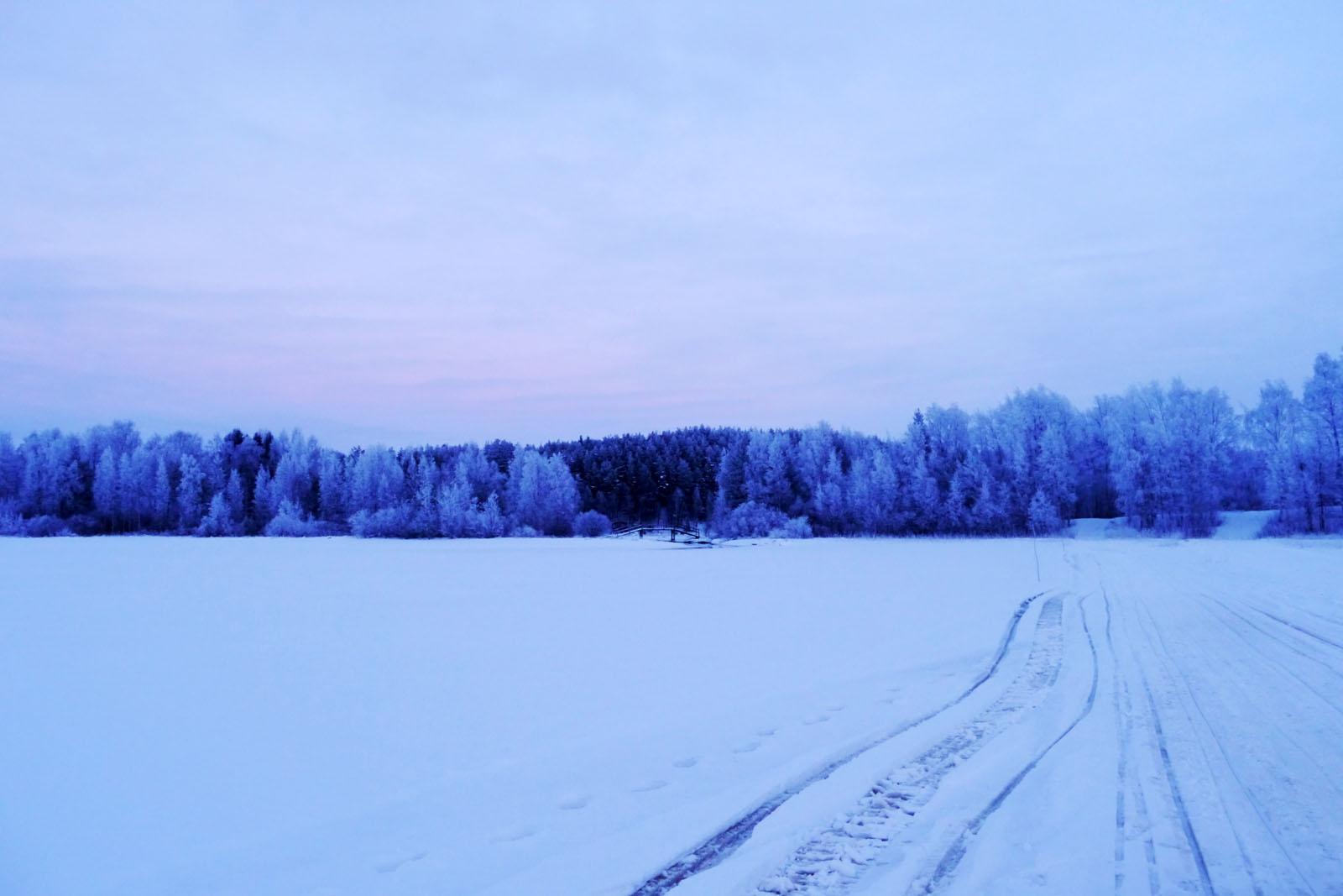 vuokatti-finnland-winter-schneemobil tour-snowmobile-zugefrorener see