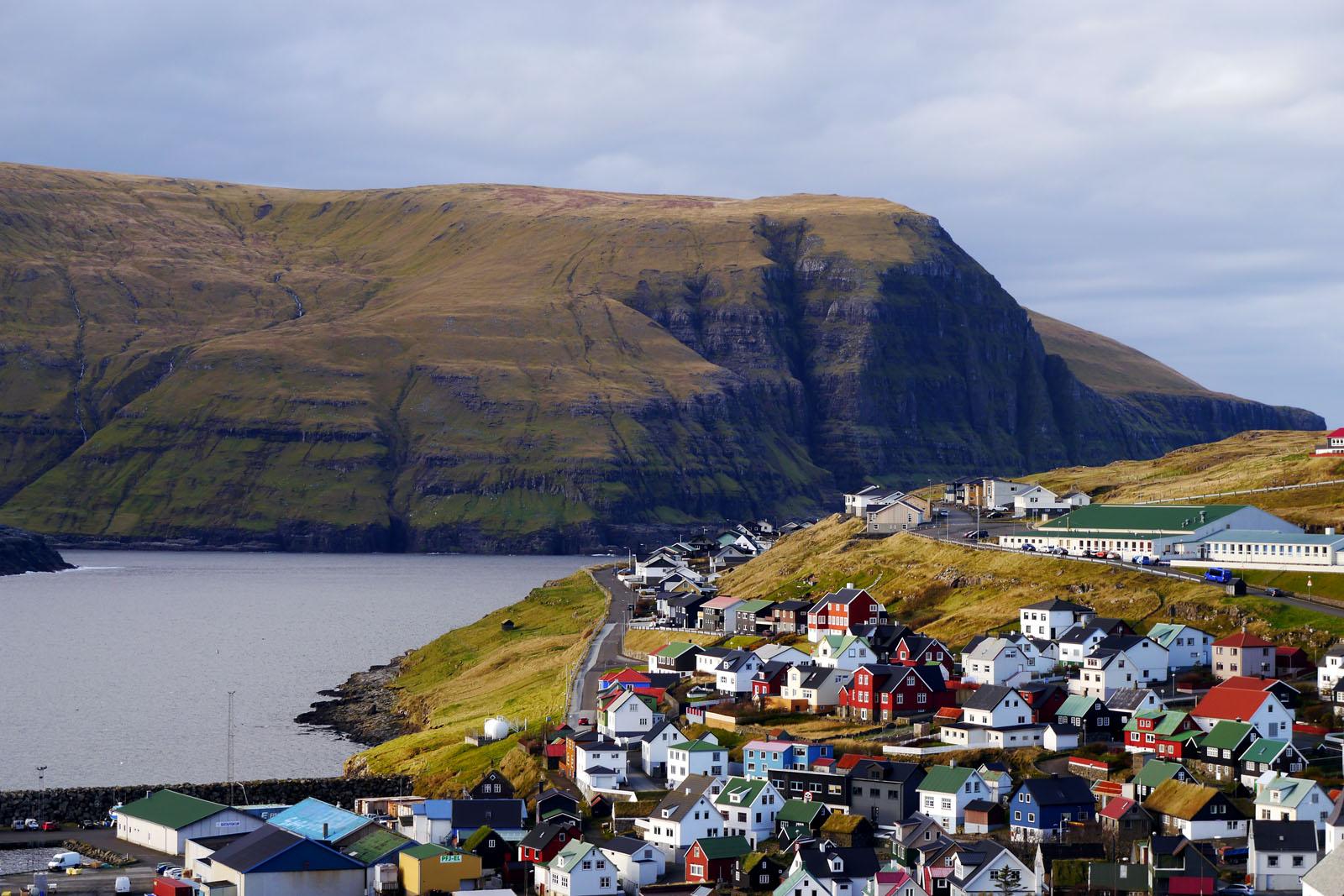 Eidi-Faroer Inseln-Eysturoy-Klippe-Berge-bunte Häuser