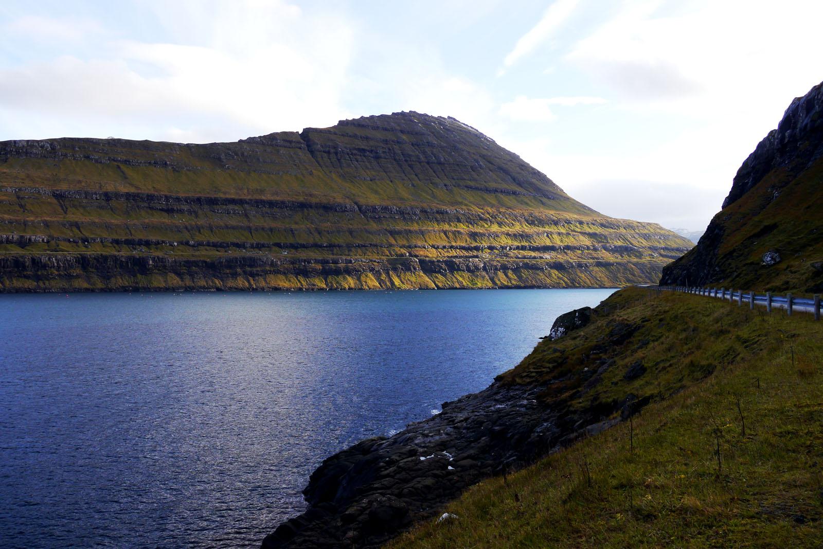 Eysturoy-Faroer Inseln-Berge-Meer-Karlsoy
