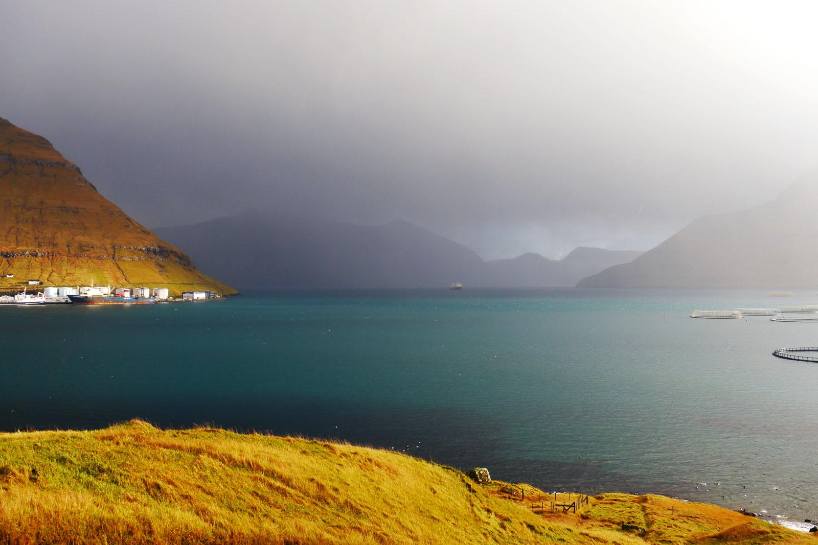 Eysturoy-Faroer Inseln-Fuglafjordur-berge-sonnenaufgang-regen-fjord