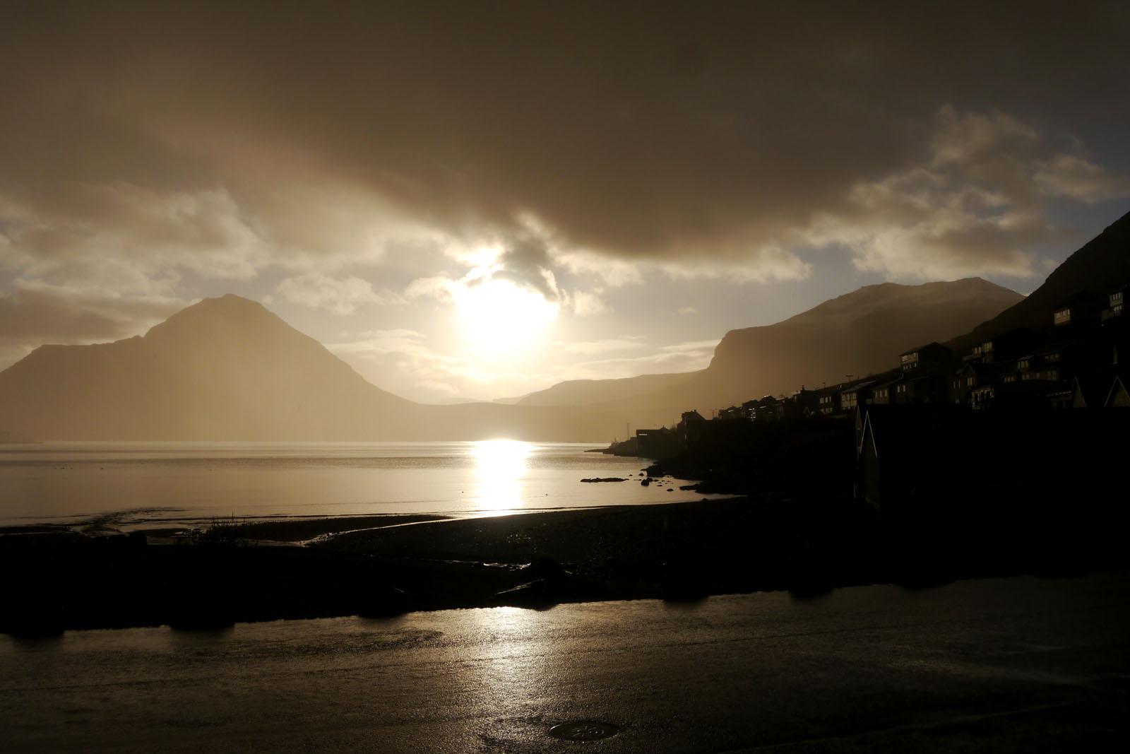 Eysturoy-Faroer Inseln-Fuglafjordur-berge-sonnenaufgang-regen-sonne-fjord-2