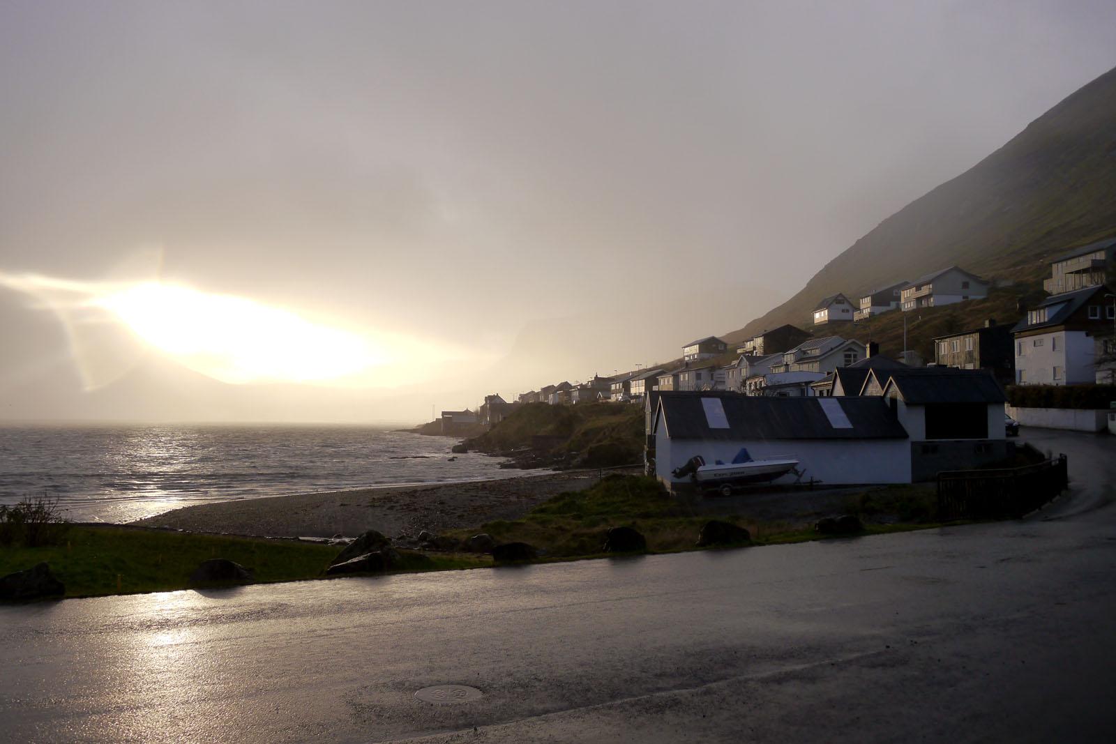 Eysturoy-Faroer Inseln-Fuglafjordur-berge-sonnenaufgang-regen-sonne-fjord