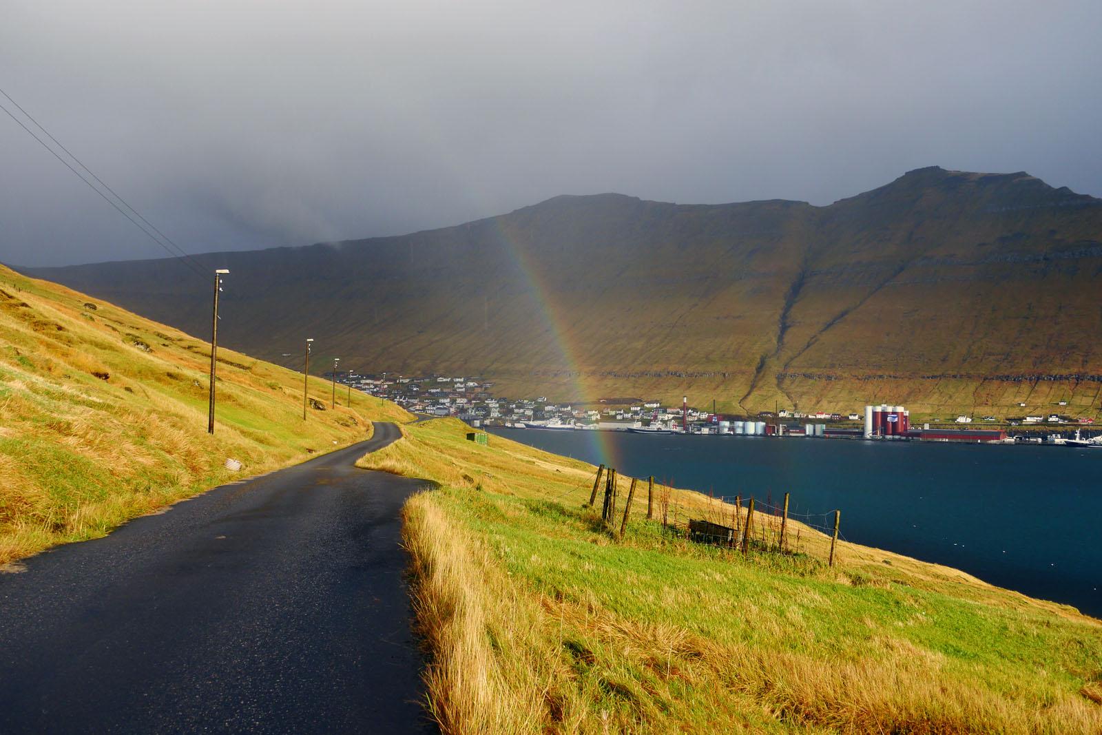 Eysturoy-Faroer Inseln-Fuglafjordur-berge-sonnenaufgang-regen-sonne-regenbogen-fjord