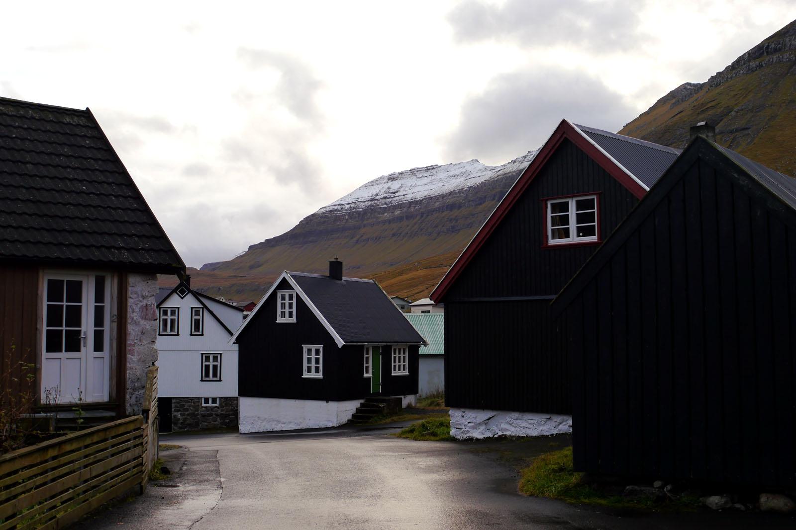 Eysturoy-Oyndarfjordur-Ortschaft-Berge
