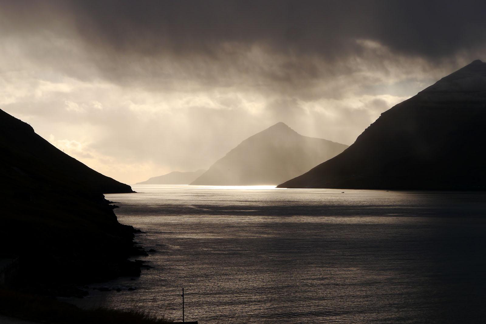 Faroer Inseln-Berge-Fjord-Regen-Sonne