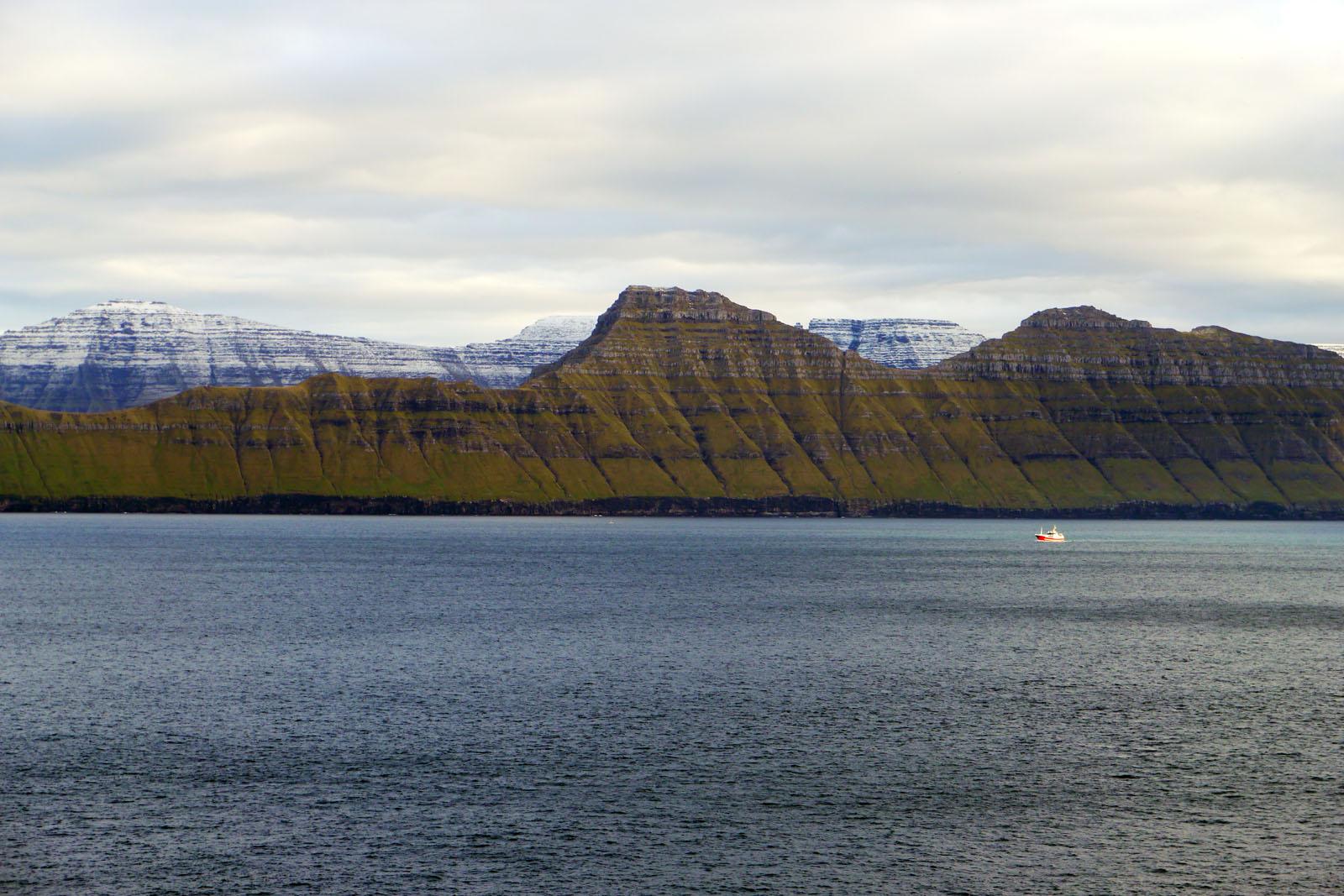Faroer Inseln-Karlsoy-Kunoy-Schiff-Fjord-Atlantik