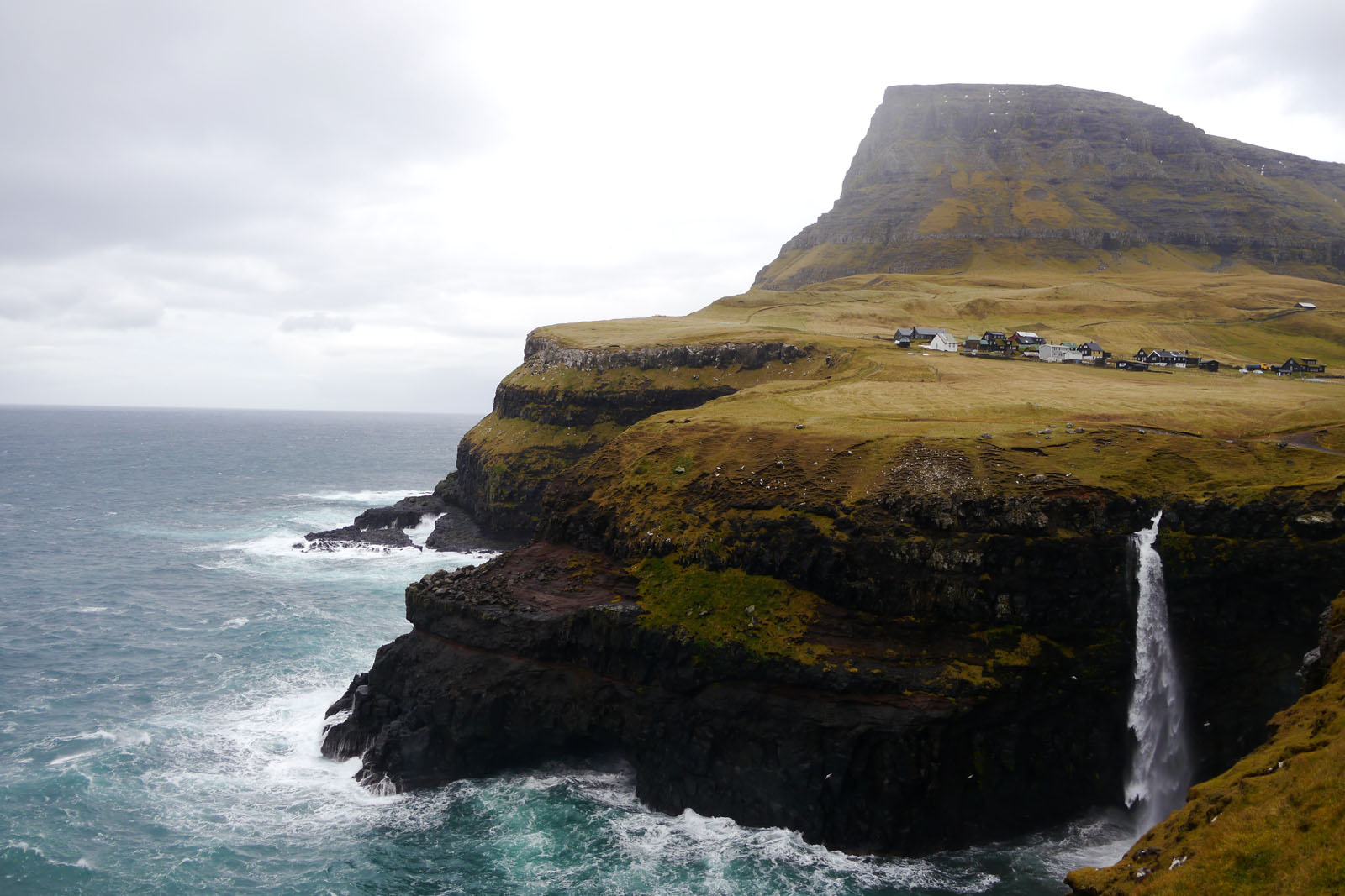 Gasadalur-Mulafossur-Wasserfall-Dorf-Vagar-Faroer Inseln