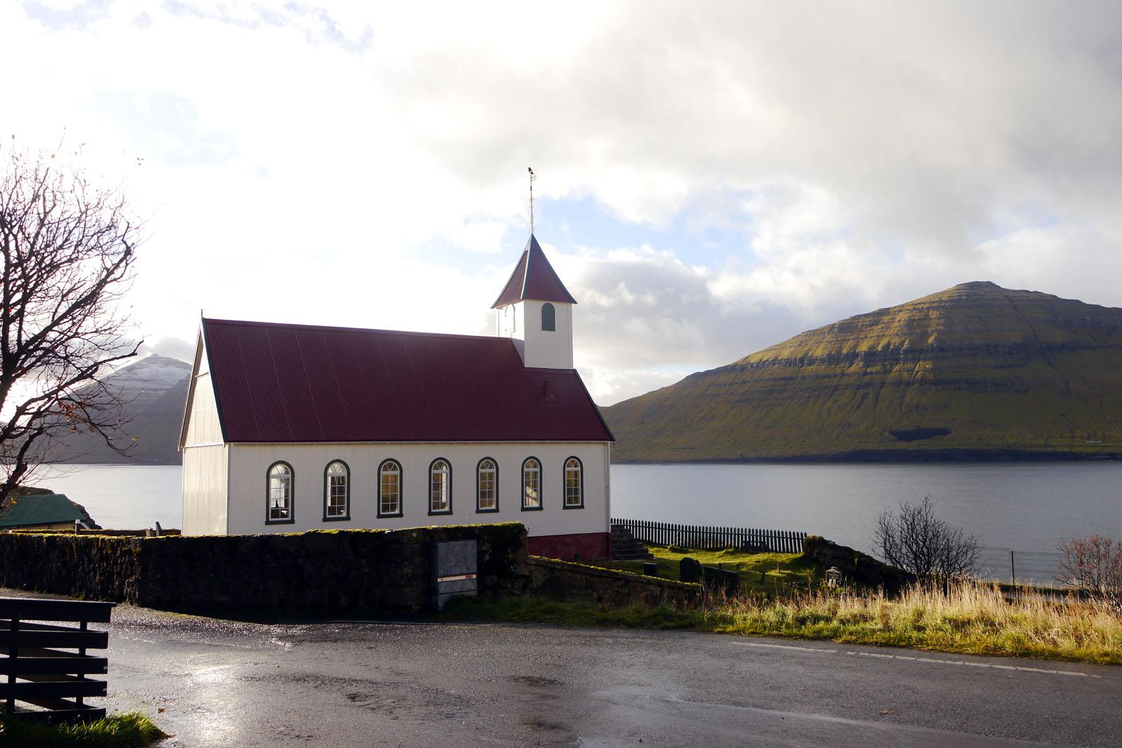 Kunoy-Faroer Inseln-Berge-Fjord-Kirche