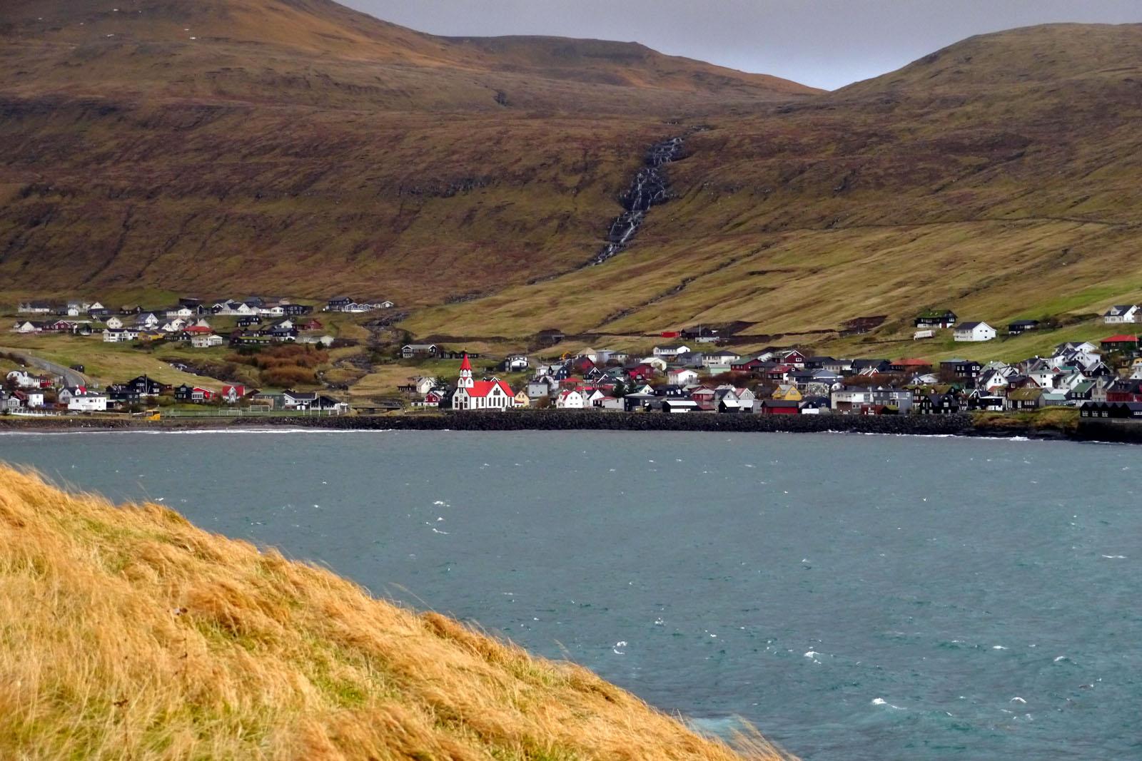 Sandavagur-Vagar-Faroer Inseln-Ortschaft-Wasserfall
