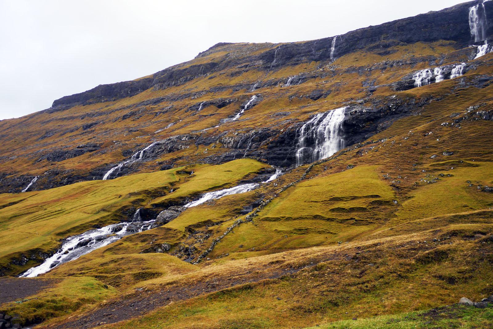 Streymoy-Faroer Inseln-Saksun-Wasserfall