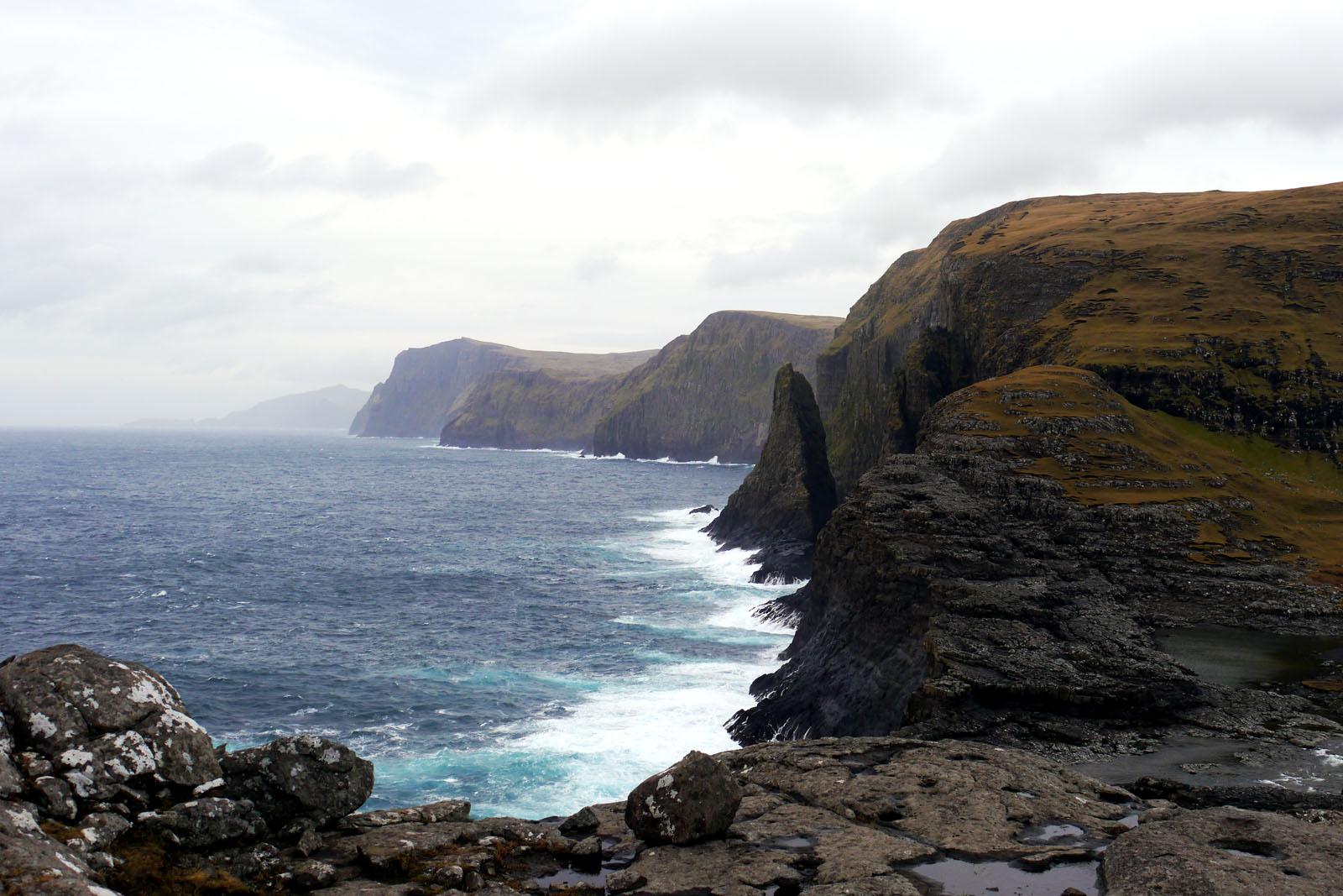 Vagar-Faroer Inseln-Leitisvatn-Sorvagsvatn-Wanderung-Klippe-Atlantik